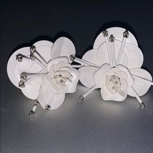 Kate Spade white flower earnings